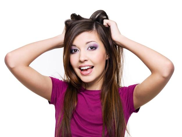 Ritratto di una donna allegra con espressione facciale positiva isolata su bianco