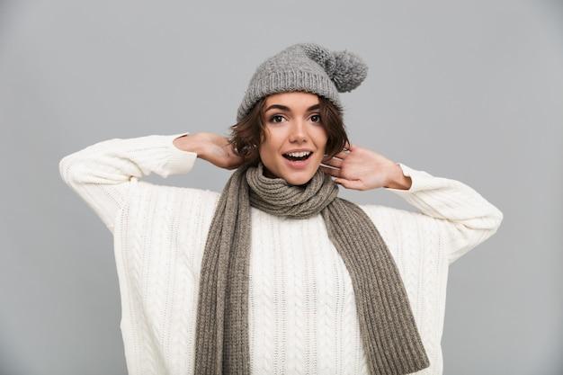 Ritratto di una donna allegra eccitata in sciarpa e cappello