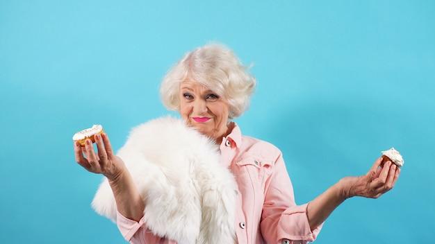 Ritratto di una donna anziana allegra