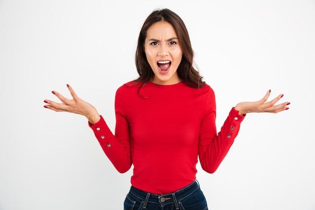 Ritratto di una donna asiatica confusa arrabbiata