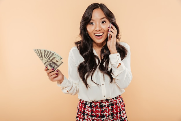Ritratto di una donna asiatica eccitata