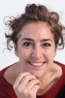 Ritratto di una donna attraente su bianco