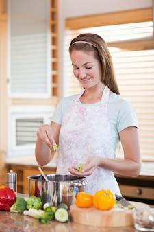 Ritratto di una donna che cucina