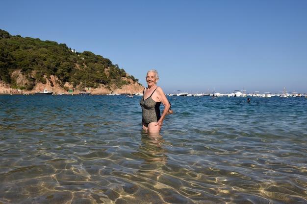 Ritratto di una donna che entra nel mare