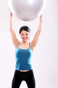 Ritratto di una donna che fa pilates