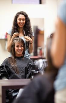 Ritratto di una donna che fa un taglio di capelli