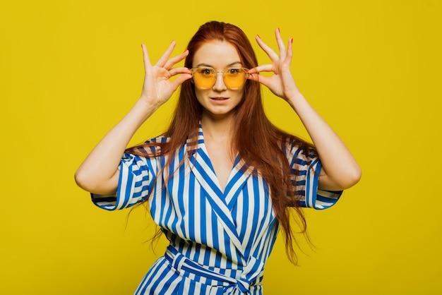 Ritratto di una donna con gli occhiali da sole