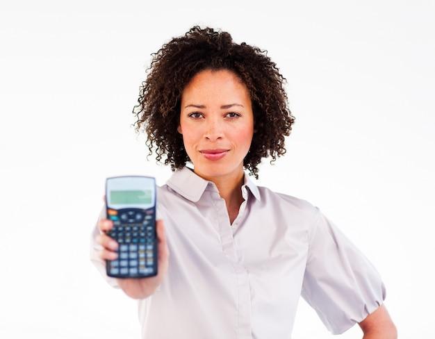 Ritratto di una donna d'affari afro-americana in possesso di un calcolatore