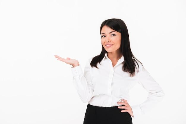 Ritratto di una donna d'affari asiatica soddisfatta
