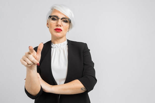 Ritratto di una donna d'affari fiducioso in un abito rigoroso isolato su uno sfondo chiaro
