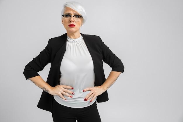 Ritratto di una donna d'affari fiducioso in una tuta rigorosa su una luce
