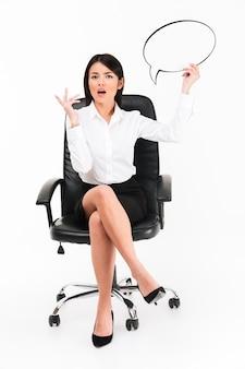 Ritratto di una donna di affari asiatica confusa in occhiali
