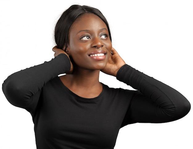 Ritratto di una donna di colore sorridente felice