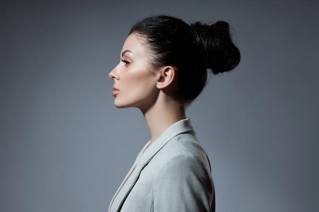 Ritratto di una donna di moda con un mazzo di capelli.