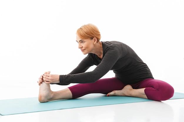 Ritratto di una donna di yoga concentrato