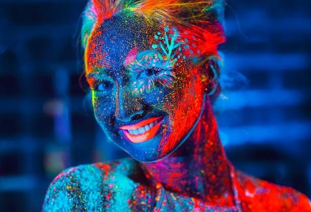 Ritratto di una donna dipinta in polvere fluorescente