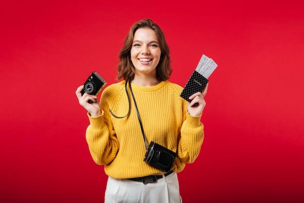 Ritratto di una donna felice che tiene macchina fotografica d'epoca