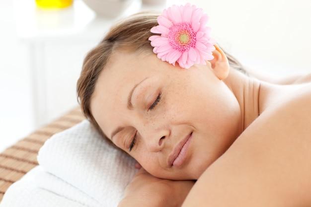 Ritratto di una donna felice con un fiore