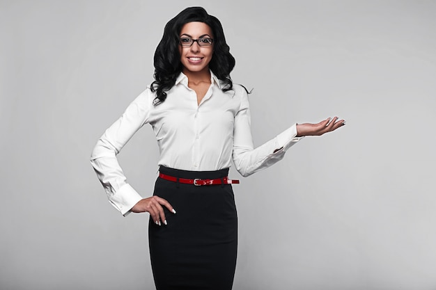Ritratto di una donna felice di affari in studio