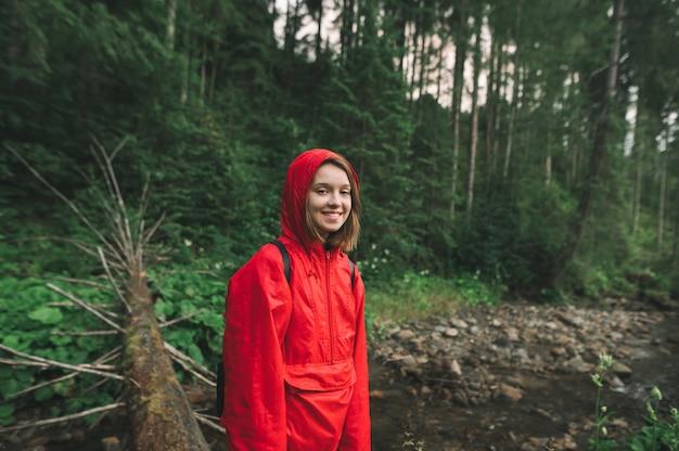 Ritratto di una donna felice escursionista in montagna