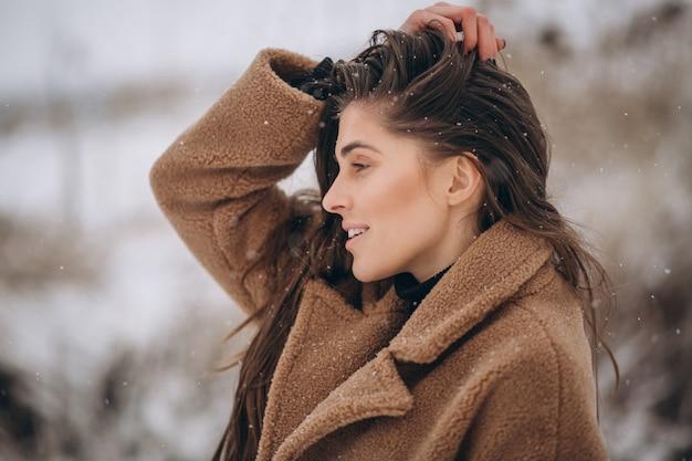 Ritratto di una donna felice in inverno fuori