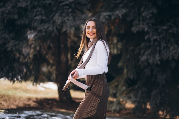 Ritratto di una donna fuori nel parco