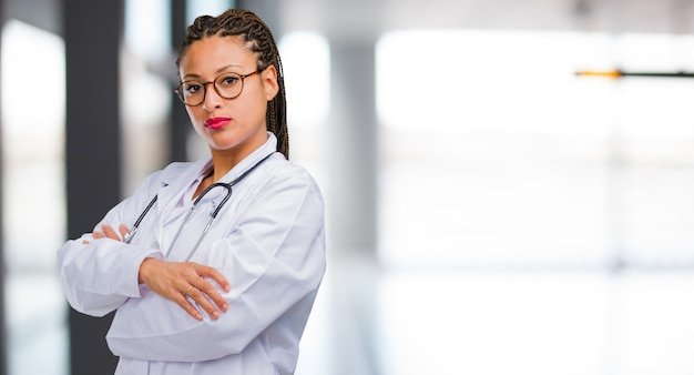 Ritratto di una donna giovane medico nero molto arrabbiato e sconvolto