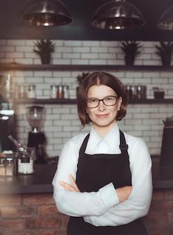 Ritratto di una donna imprenditrice nel suo ristorante