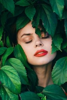 Ritratto di una donna in foglie