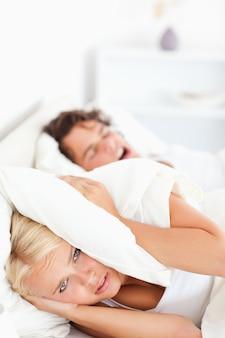 Ritratto di una donna infelice svegliata dal russare del suo fidanzato