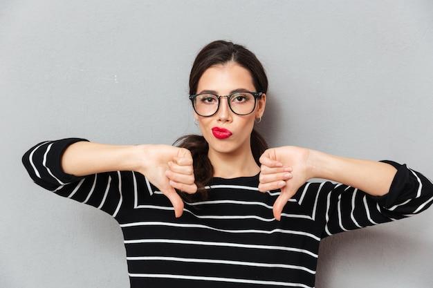 Ritratto di una donna insoddisfatta in occhiali