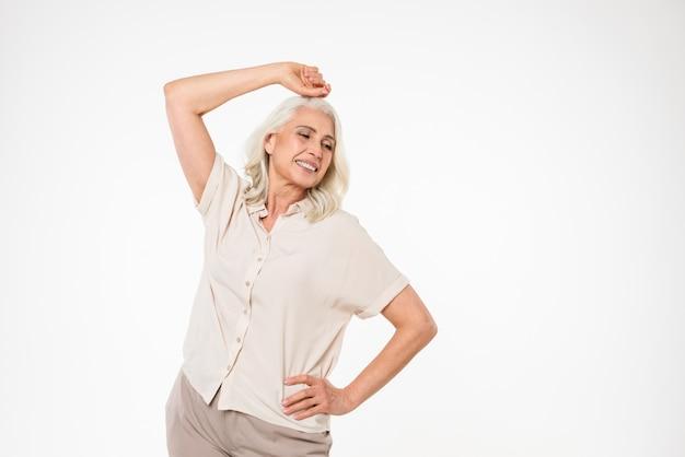 Ritratto di una donna matura felice che posa mentre stando