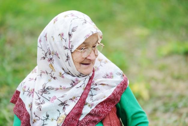 Ritratto di una donna molto anziana all'aperto