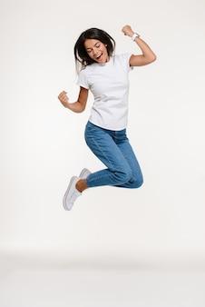 Ritratto di una donna piuttosto allegra che salta