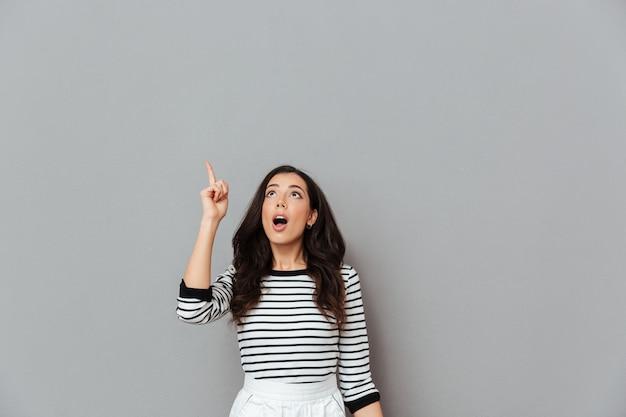 Ritratto di una donna scioccata che punta
