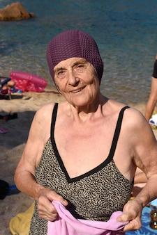 Ritratto di una donna senior sulla spiaggia