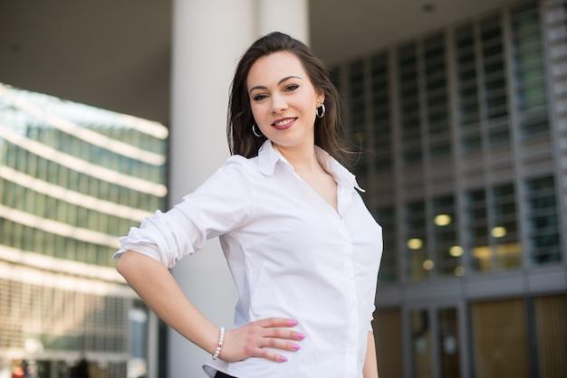 Ritratto di una donna sicura di affari davanti al suo ufficio