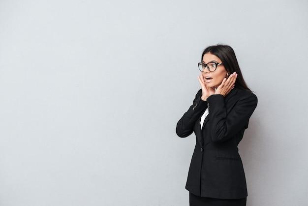 Ritratto di una donna sorpresa di affari del brunette