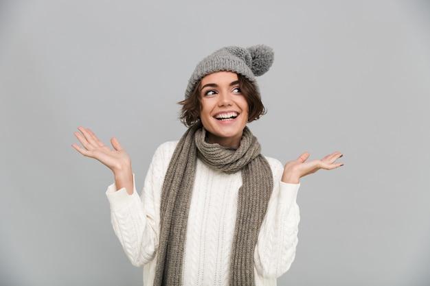 Ritratto di una donna sorridente nella posa del cappello e della sciarpa