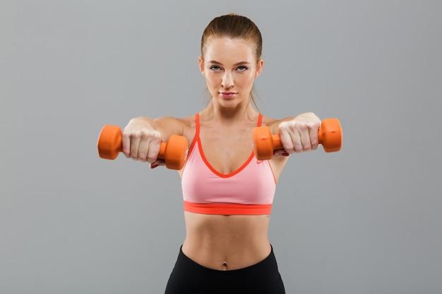 Ritratto di una donna sportiva attraente fiduciosa