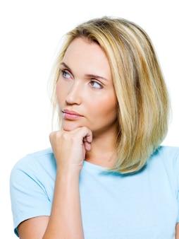Ritratto di una donna triste che guarda lontano - isolatad su bianco