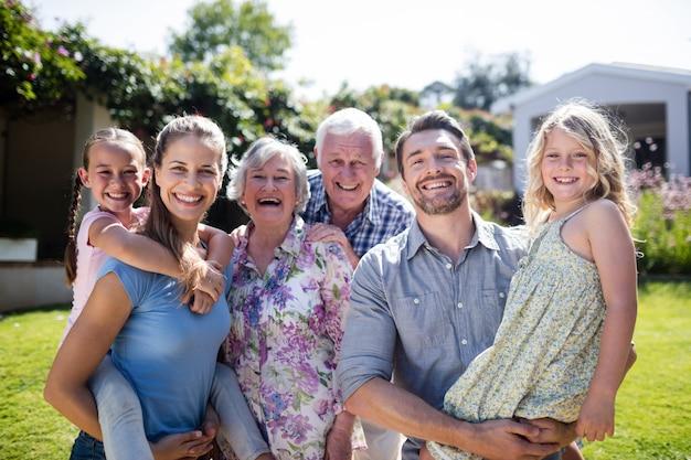 Ritratto di una famiglia di diverse generazioni nel giardino