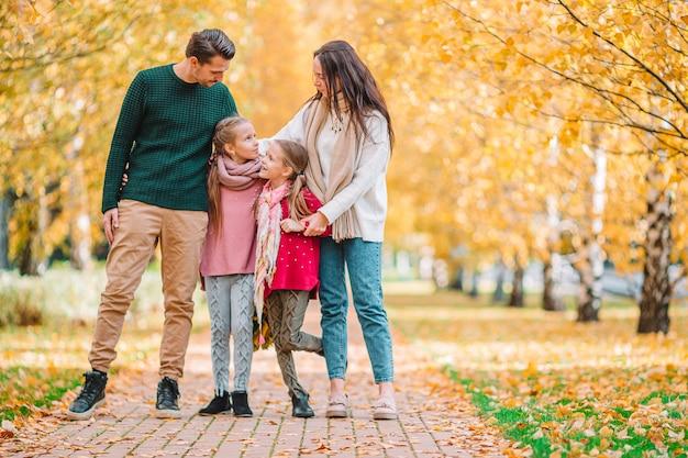 Ritratto di una famiglia di quattro felice nel giorno di autunno