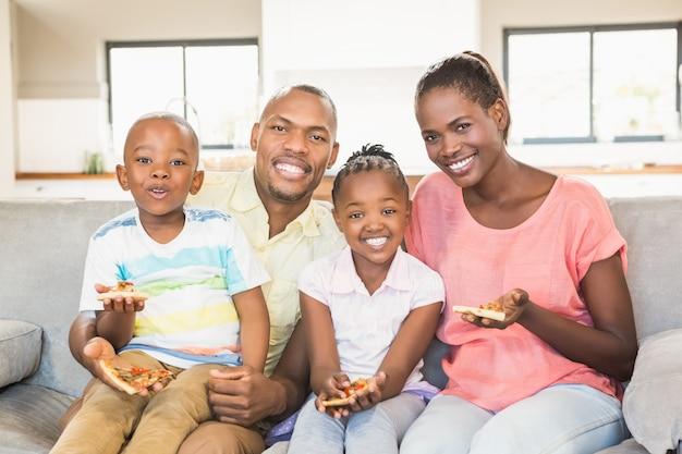 Ritratto di una famiglia di quattro persone che guardano la tv