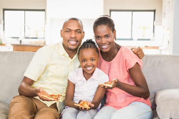 Ritratto di una famiglia di tre persone che guardano la tv