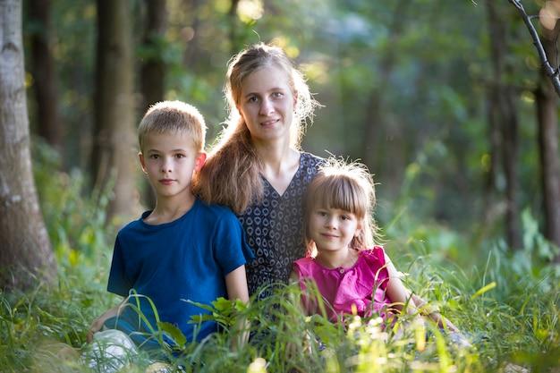 Ritratto di una famiglia esterna in boschi verdi