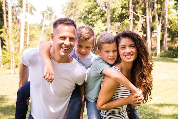 Ritratto di una famiglia felice nel parco