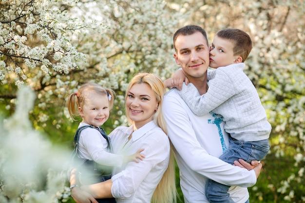 Ritratto di una famiglia felice nella natura