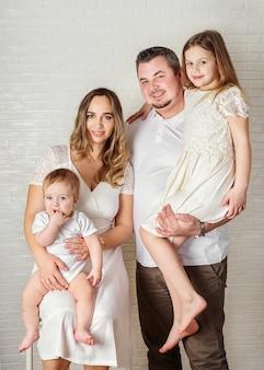 Ritratto di una famiglia felice su bianco