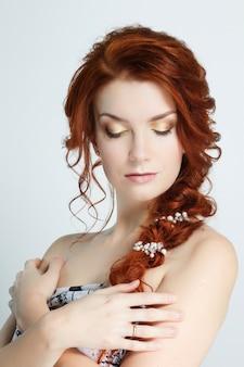 Ritratto di una giovane bella donna dai capelli rossi indoeuropea.